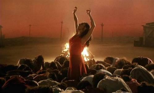 எல் அமோர் பராஜோ அல்லது 'காதல் எனும் மாயக்காரன்' படத்தின் கதை இரண்டு ஜிப்ஸி தம்பதிகளைச் சுற்றி நகர்கிறது.